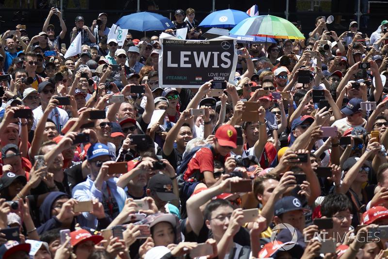 Com os carros na pista, os torcedores tentavam registrar os momentos finais da F1 no país.