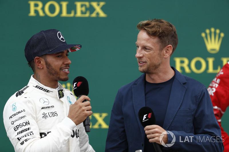 Ganador de la carrera Lewis Hamilton, Mercedes AMG F1, es entrevistado por Jenson Button, McLaren, e