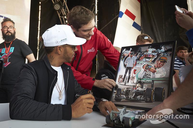 Lewis Hamilton, Mercedes AMG F1, Vitaly Petrov