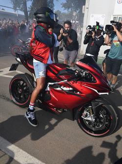 Lewis Hamilton, Mercedes AMG F1 arrive au circuit sur sa moto