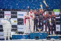 Podium: winnaars Thierry Neuville, Nicolas Gilsoul, Hyundai Motorsport, tweede plaats Craig Breen, Scott Martin, Citroën World Rally Team, derde plaats Andreas Mikkelsen, Anders Jäger, Hyundai Motorsport