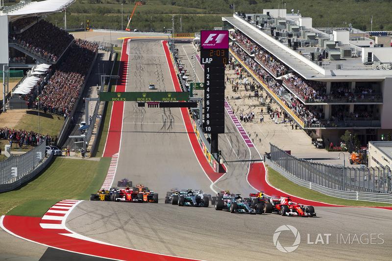 Sebastian Vettel, Ferrari SF70H, Lewis Hamilton, Mercedes AMG F1 W08, bij de start