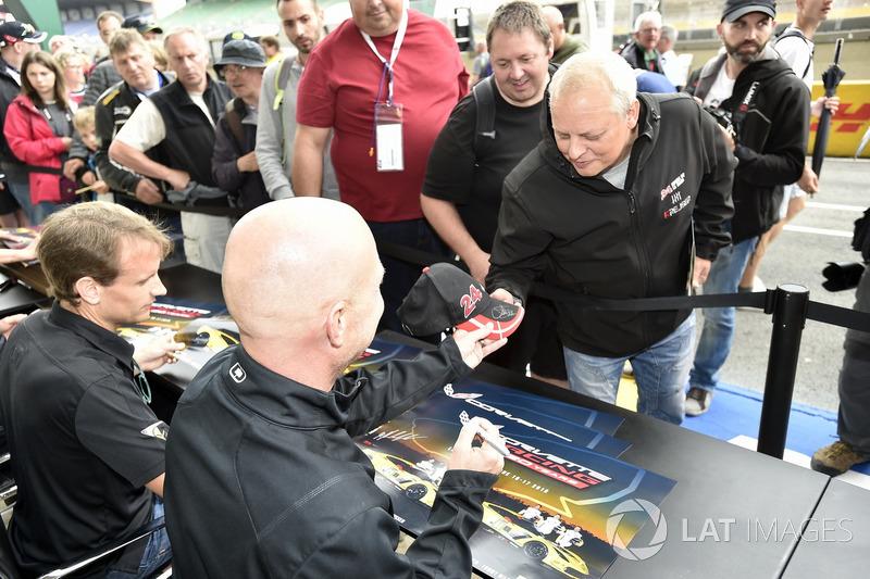 #63 Corvette Racing Chevrolet Corvette C7.R: Jan Magnussen, sessione autografi