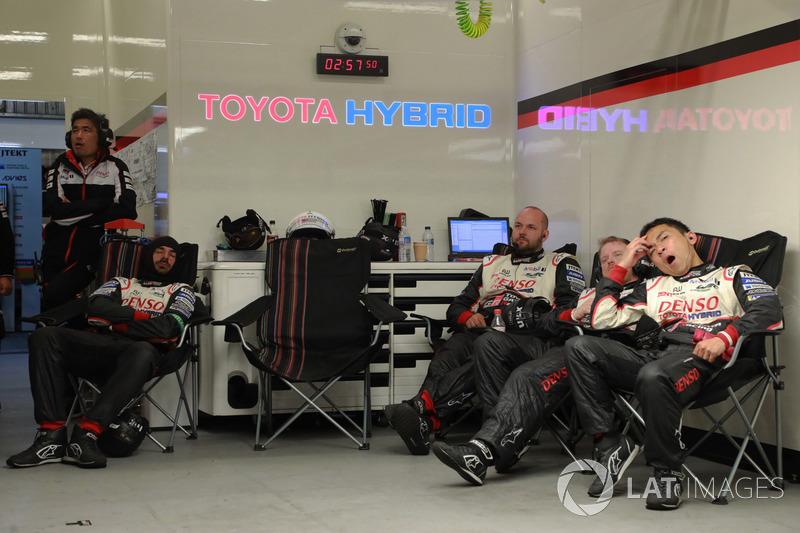 Механики в боксах начали засыпать. Даже парни из Toyota Gazoo Racing