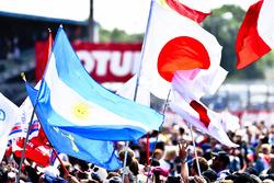 Le public avec des drapeaux