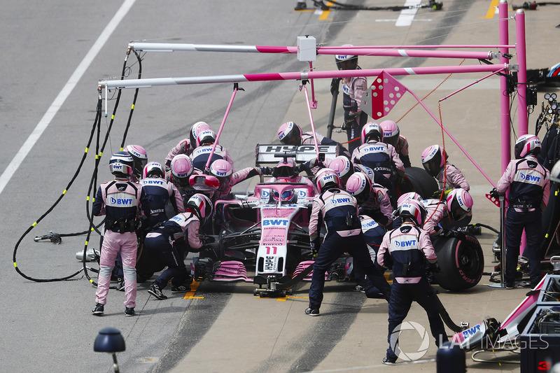 Sergio Perez, Force India VJM11, hace un pit stop
