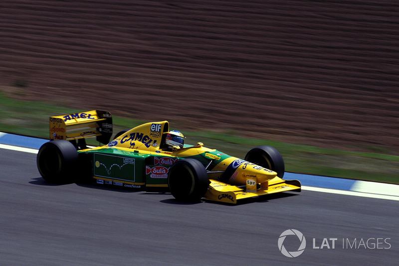 Sin embargo, el intento de Schumi acabó a cinco vueltas del final, cuando Alessandro Zanardi voló su motor delante de él. Para escapar del italiano, el alemán salió de la pista y perdió el pasó para alcanzar a Senna.
