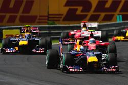 Sebastian Vettel, Red Bull Racing RB6 delante de Fernando Alonso, Ferrari F10 y Mark Webber, Red Bull Racing RB6