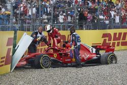 Sebastian Vettel, Ferrari SF71H, esce dalla sua monoposto dopo essere andato a sbattere quando si trovava al comando