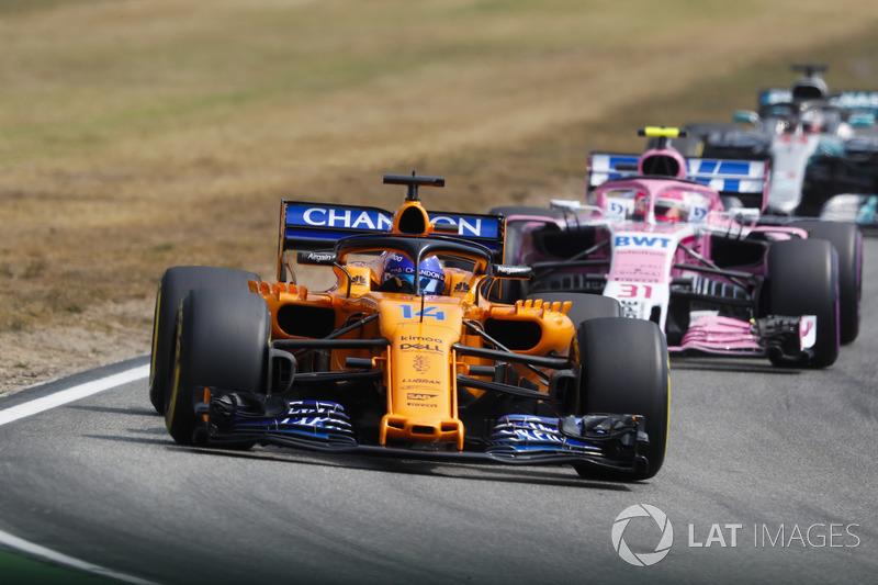 Fernando Alonso, McLaren MCL33, precede Esteban Ocon, Force India VJM11, e Lewis Hamilton, Mercedes AMG F1 W09