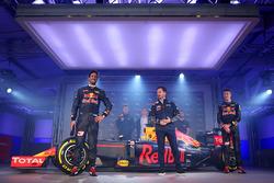 Daniel Ricciardo y Daniil Kvyat con el Red Bull Racing RB12 con Christian Horner, Red Bull Racing Di