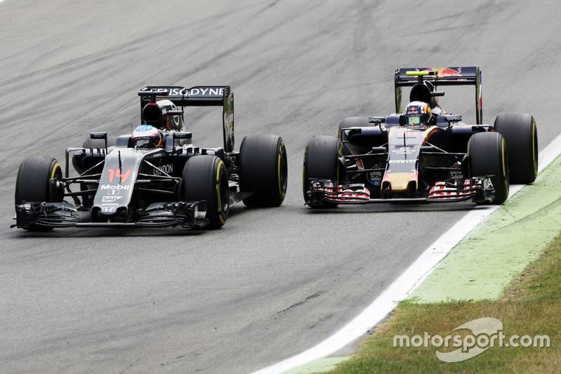 Fernando Alonso, McLaren MP4-31 and Carlos Sainz Jr., Scuderia Toro Rosso STR11 battle for position