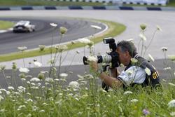 Fotograf in der Wiese