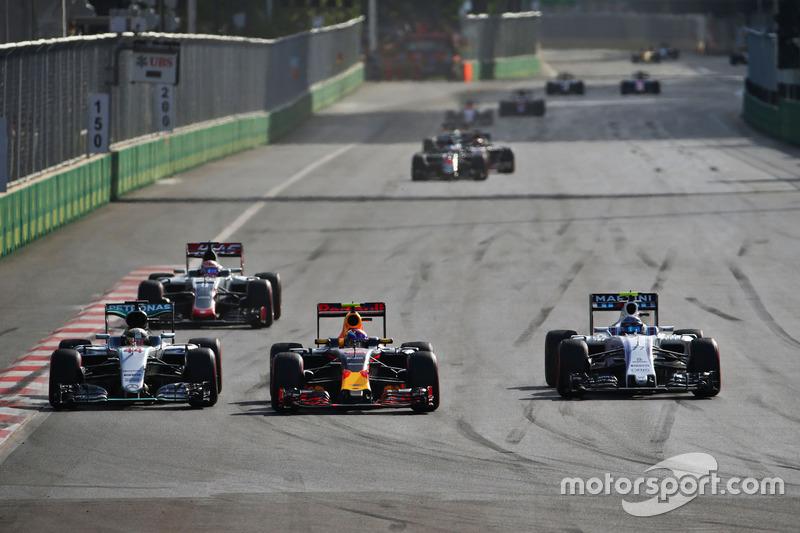 Lewis Hamilton, Mercedes AMG F1 W07 Hybrid, Max Verstappen, Red Bull Racing RB12 y Valtteri Bottas, Williams FW38 luchan por la posición
