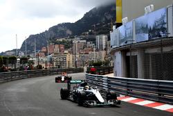 Льюіс Хемілтон, Mercedes AMG F1 W07 Hybrid попереду Даніеля Ріккардо, Red Bull Racing RB12