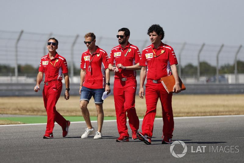 Sebastian Vettel, Ferrari, cammina lungo il circuito con i colleghi
