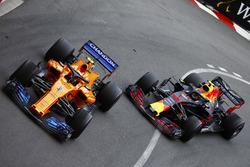 Stoffel Vandoorne, McLaren MCL33, devant Max Verstappen, Red Bull Racing RB14