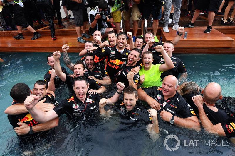 Selebrasi Daniel Ricciardo dan kru Red Bull Racing