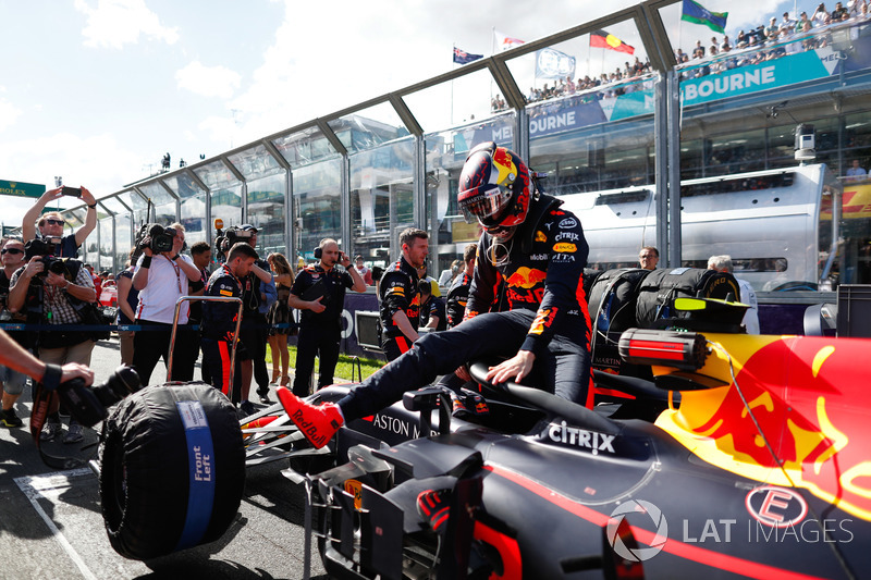 Max Verstappen, Red Bull Racing RB14 Tag Heuer, sort de sa voiture