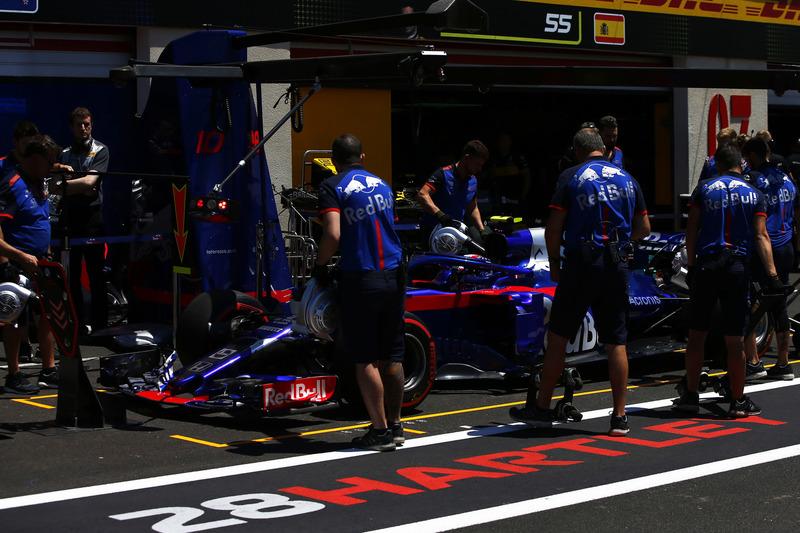Pierre Gasly, Toro Rosso STR13, in pit lane