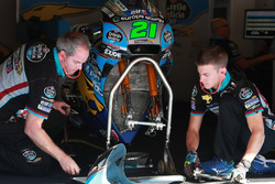 Mechanic of Franco Morbidelli, Estrella Galicia 0,0 Marc VDS