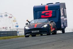 Max Verstappen con la caravana