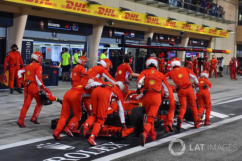 Механики Ferrari закатывают автомобиль SF71H Кими Райкконена в гараж