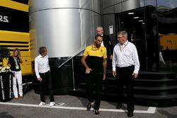 Jerome Stoll, baas van Renault Sport F1, Alain Prost, Renault Sport F1 Team speciaal adviseur, Cyril Abiteboul, Renault Sport F1 Managing Director en Ross Brawn, Formula One Managing Director of Motorsports in het McLaren motorhome