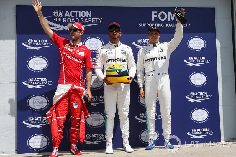 Los tres primeros calificados: ganador de la pole Lewis Hamilton, Mercedes AMG F1, segundo Sebastian Vettel, Ferrari, y tercero Valtteri Bottas, Mercedes AMG F1