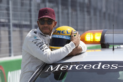 Polesitter Lewis Hamilton, Mercedes AMG F1, mit Helm von Ayrton Senna