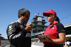 Juan Pablo Montoya con jefe de ingenieros de Firestone Cara Adams