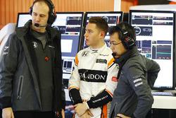 Stoffel Vandoorne, McLaren, talks to engineers