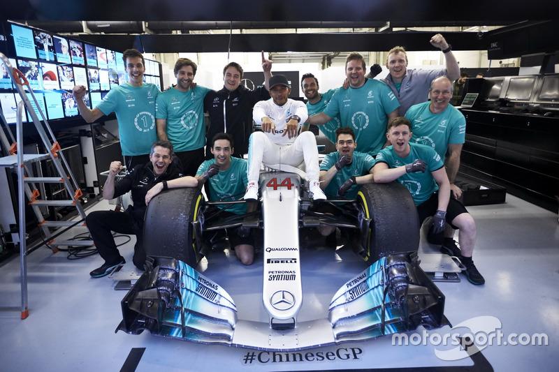 Lewis Hamilton, Mercedes AMG, feiert mit seinem Team