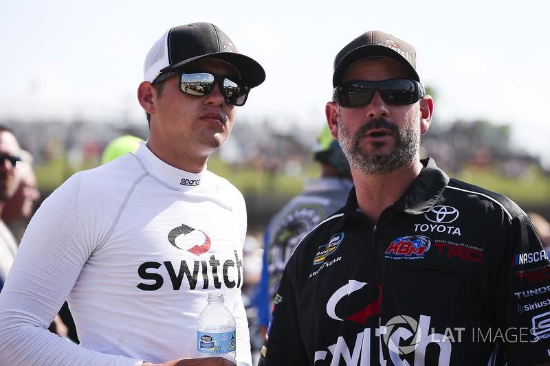 Noah Gragson, Kyle Busch Motorsports Toyota y crew man Jeff Merritt