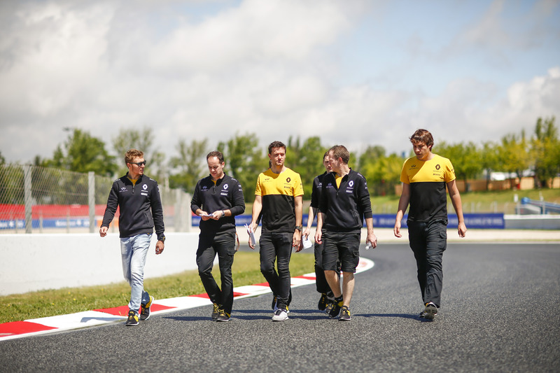 Гонщик Renault Sport F1 Джолион Палмер и третий пилот команды Сергей Сироткин