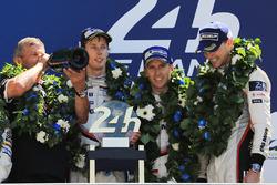 Podium: 1. Timo Bernhard, Earl Bamber, Brendon Hartley, Porsche Team, Fritz Enzinger, Leiter Porsche