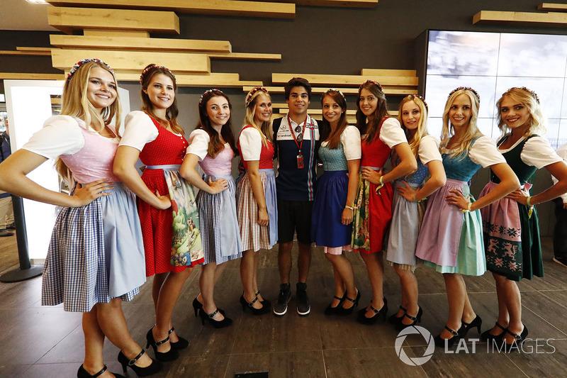 Ленс Стролл, Williams, позує для фото поруч із дівчиною у національному австрійському вбранні