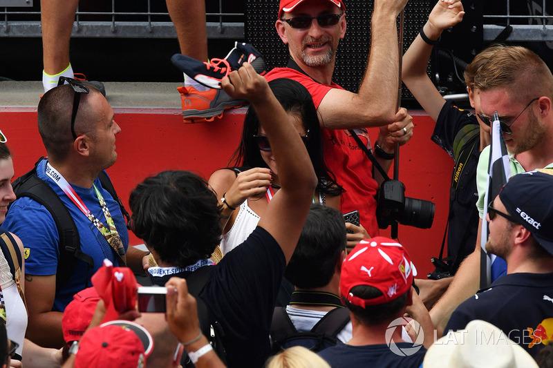Болельщики ловят ботинок пилота Red Bull Racing Даниэля Риккардо
