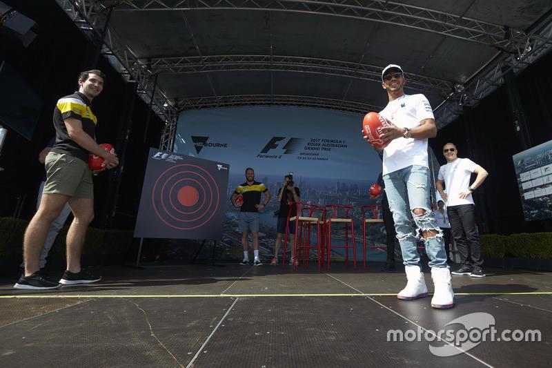 Valtteri Bottas, Mercedes AMG, y Lewis Hamilton, Mercedes AMG jugando a fútbol australiano
