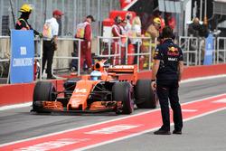 Red Bull Racing mechanic and Fernando Alonso, McLaren MCL32