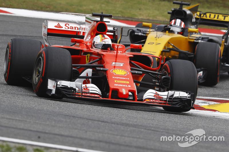 Sebastian Vettel, Ferrari SF70H, delante de Nico Hulkenberg, Renault Sport F1 Team RS17