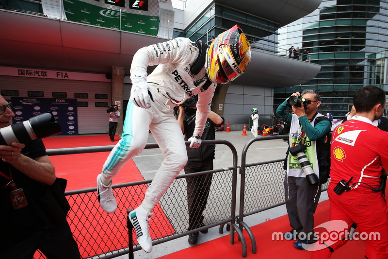 Lewis Hamilton, Mercedes AMG, festeggia la pole nel parco chiuso