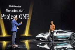Dr. Dieter Zetsche, Presidente del Consejo de dirección de Daimler AG y jefe de los coches del Mercedes Benz, Lewis Hamilton, presentan el show car Mercedes-AMG Project ONE