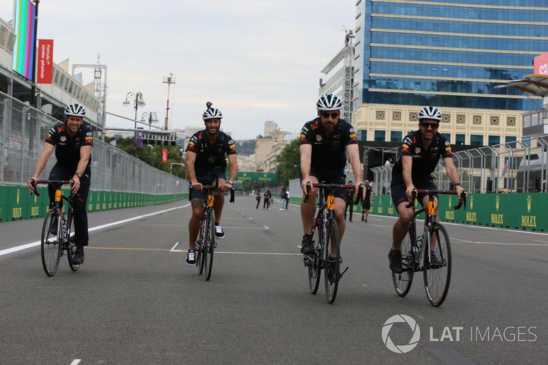 Даніель Ріккардо, Red Bull Racing, механіки Red Bull Racing на велосипедах