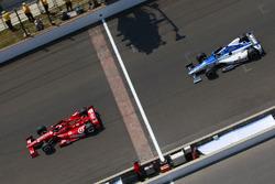 Dario Franchitti, Chip Ganassi Racing, precede Takuma Sato, Rahal Letterman Lanigan Racing