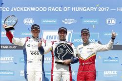 Trophy Podium: le vainqueur Mehdi Bennani, Sébastien Loeb Racing, Citroën C-Elysée WTCC, le deuxième Tom Chilton, Sébastien Loeb Racing, Citroën C-Elysée WTCC, le troisième Esteban Guerrieri, Campos Racing, Chevrolet RML Cruze TC1