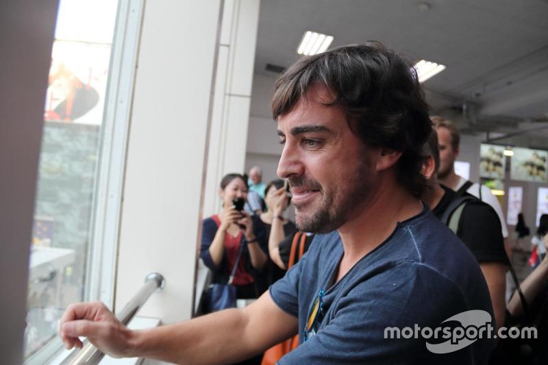 Fernando Alonso observa a sus fans