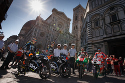 Andrea Migno; Francesco Bagnaia; Sam Lowes, Aprilia Racing Team Gresini; Danilo Petrucci, Pramac Racing vor dem Dom in Florenz