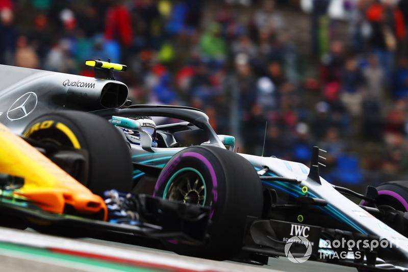 Valtteri Bottas, Mercedes AMG F1 W09 EQ Power+, y Fernando Alonso, McLaren MCL33