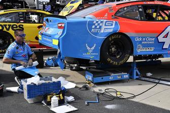 La crew di Darrell Wallace Jr., Richard Petty Motorsports, Chevrolet Camaro Medallion Bank / Petty's Garage